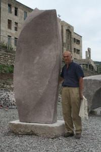 Antonio Di Tommaso con una sua scultura, Armenia, 2012